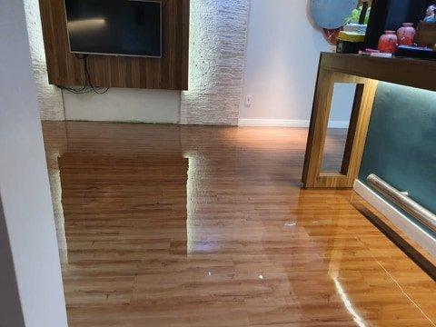 Resina epóxi sobre piso laminado